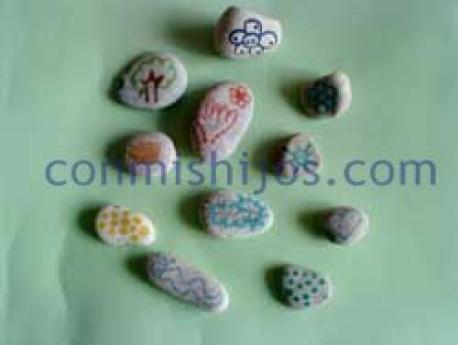 Piedras decoradas. Manualidades de regalos para niños