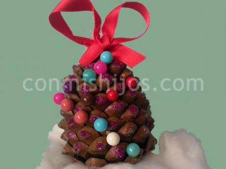 Rbol de navidad hecho con una pi a para los ni os - Manualidad ninos navidad ...