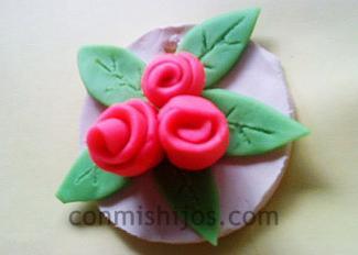 Medallón con rosas. Manualidades de plastilina para el Día de la madre