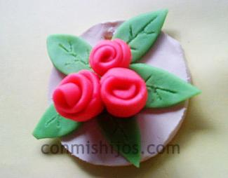 Medallón con rosas de plastilina