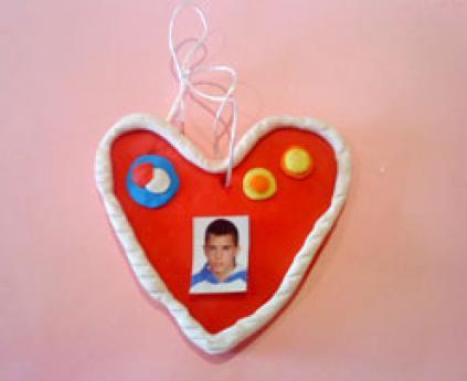 Medallón de corazón. Manualidad de plastilina para niños