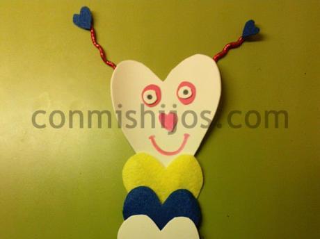 Marcapáginas gusano. Manualidades infantiles prácticas y originales
