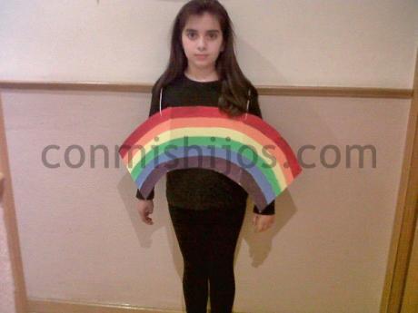 Disfraz de arco iris. Manualidad de Carnaval para hacer con niños