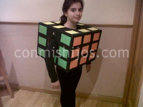Disfraz de cubo de Rubik. Manualidad de Carnaval para hacer con niños