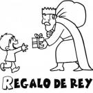 Rey Mago dando un regalo de Navidad a un niño
