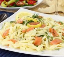 Ensalada de pasta con salmón. Recetas fáciles para niños