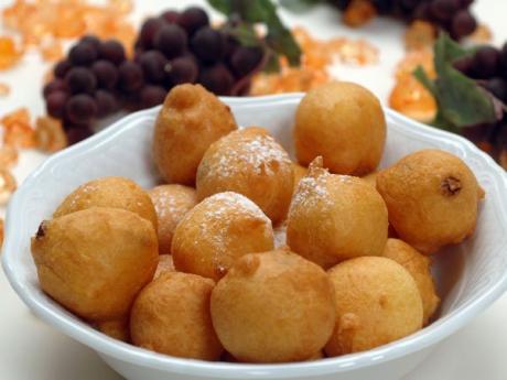 Buñuelos fritos con miel. Recetas tradicionales