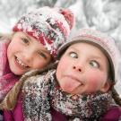 Niños jugando en la nieve. Tarjetas virtuales de Navidad