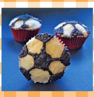 Magdalenas de chocolate en forma de balón de fútbol. Receta infantil