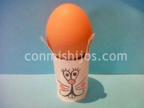 Soporte para huevos en forma de conejito. Manualidad infantil