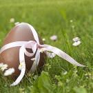 Huevo de Pascua con un lazo. Tarjeta virtual para los niños