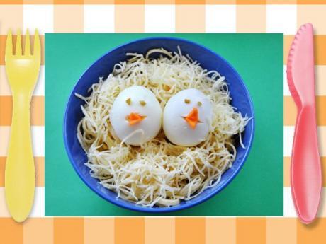 Nido de pasta con huevos en forma de pollito