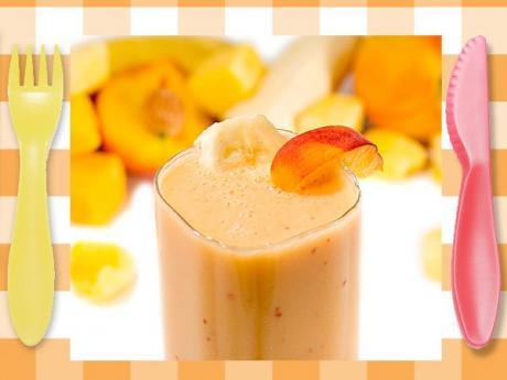 Smoothie de melocotón y plátano. Postres con frutas para niños