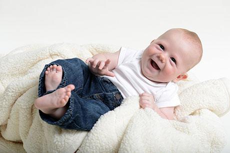 Marque los indicadores del desarrollo que puede ver en su hijo justo antes de cumplir 5 meses. En cada visita médica de su hijo, lleve esta información y hable con el pediatra sobre los indicadores que su hijo alcanzó y cuáles son los que debería alcanzar a continuación.