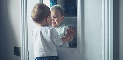 Qu piensa el beb al verse en el espejo for Espejo reposacabezas bebe