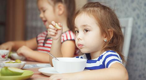 Cómo enseñar a los niños buenos modales en la mesa