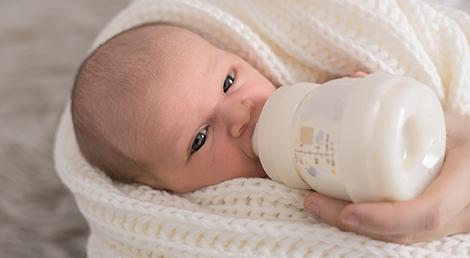 Cuanta leche materna debe tomar bebe 6 meses