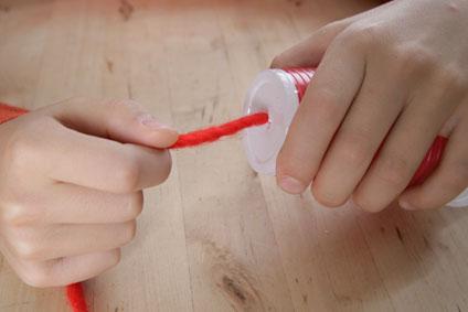 Experimento infantil de teléfono con vasos paso 2