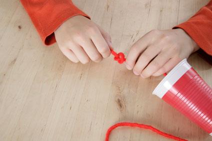 Experimento infantil de teléfono con vasos paso 3 y 4