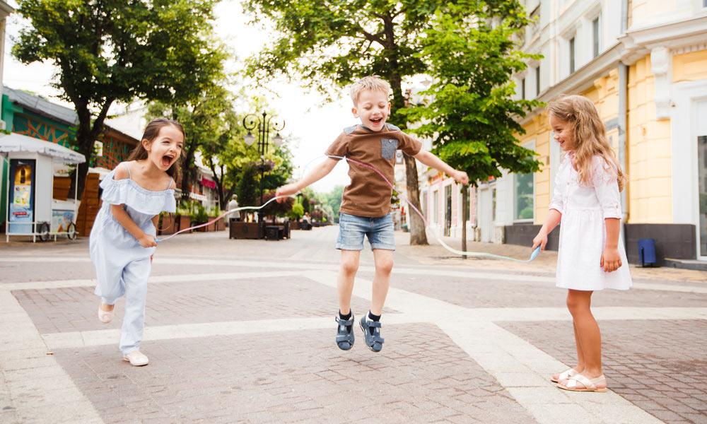 Juego de saltar a la comba. Juegos populares para niños