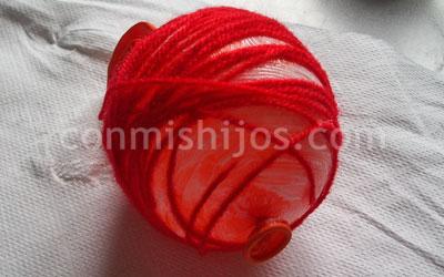 bola de navidad con lana paso