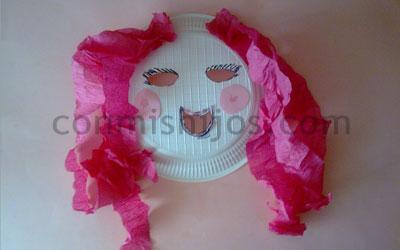 La máscara a las puntas de los cabello con el aceite de coco